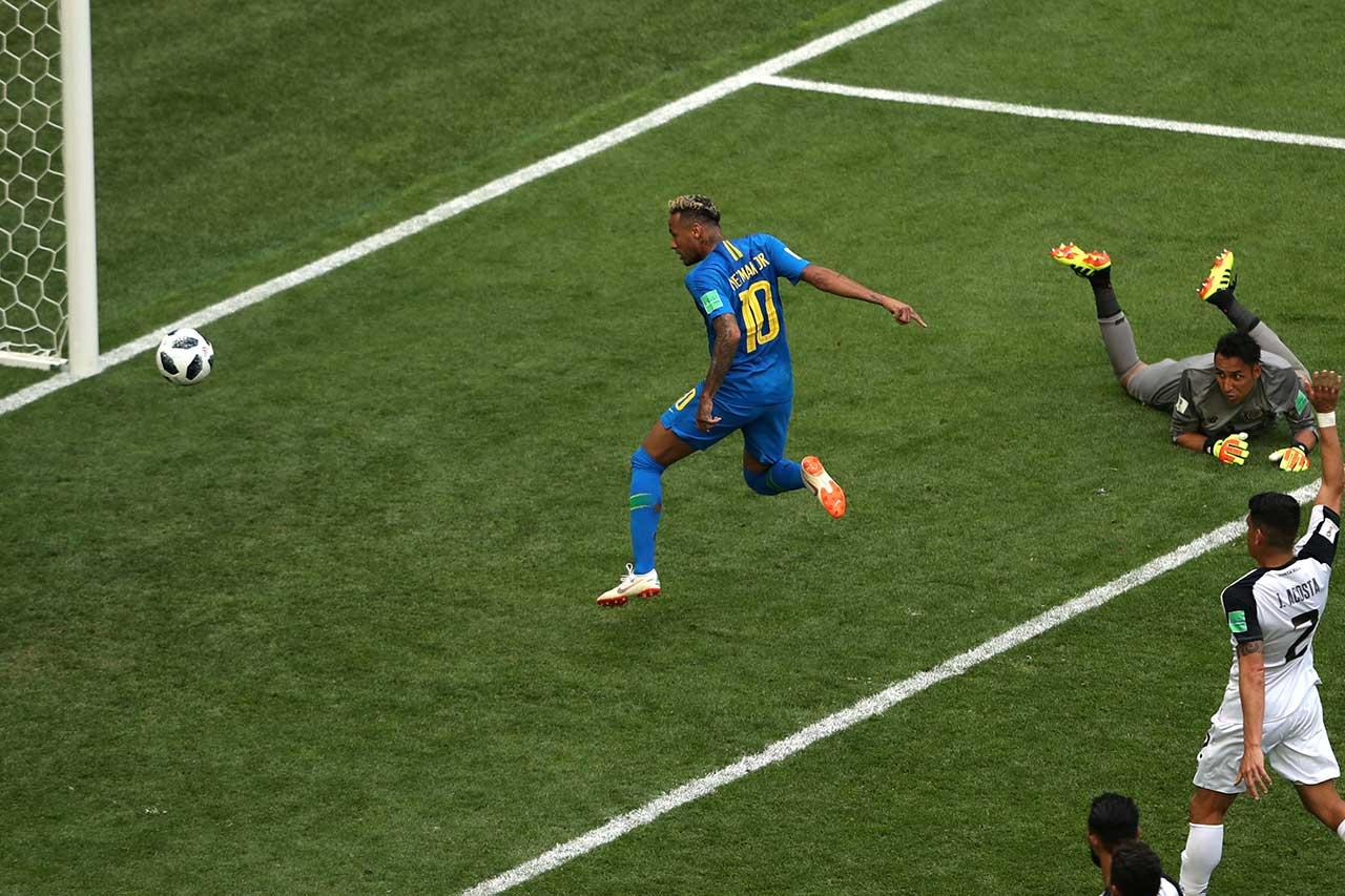 Neymar marca o segundo gol do Brasil diante da Costa Rica