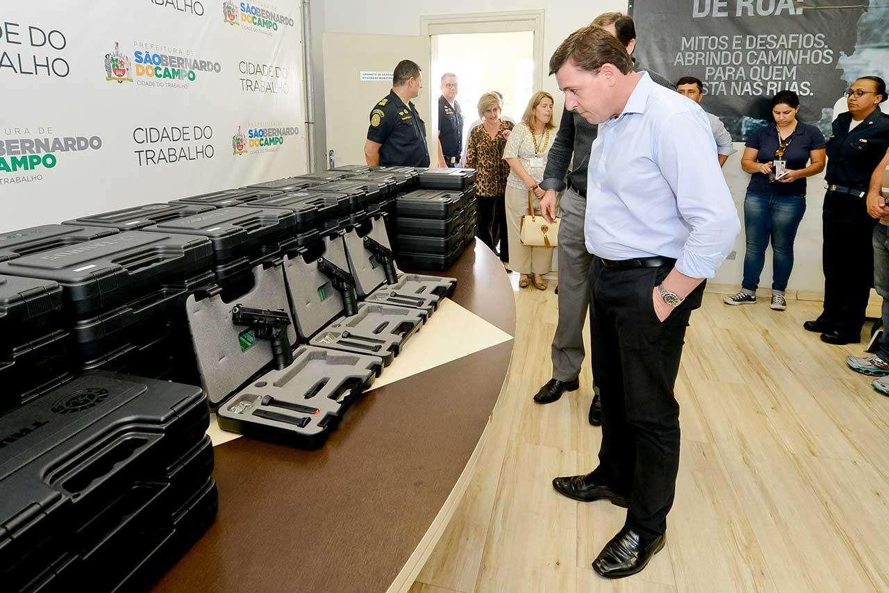 Orlando Morando, prefeito de São Bernardo, na entrega do novo armamento à GCM