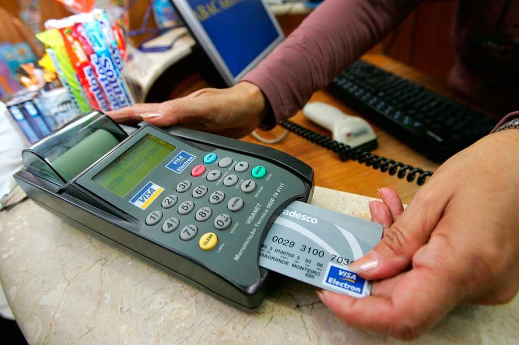 A partir de hoje (27), comerciantes podem cobrar preços diferentes para compras feitas em dinheiro, cartão de débito ou cartão de crédito