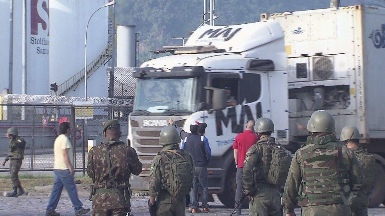 Militares acompanham entrada e saída no Porto de Santos