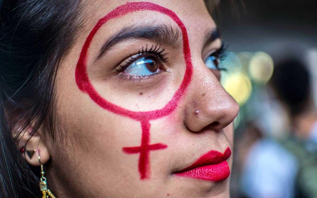 Manifestante protesta na Av. Paulista contra projeto que criminaliza todo tipo de aborto