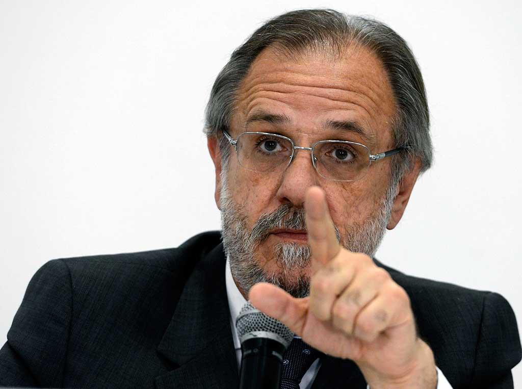 Ministro do Trabalho e Previdência Social, Miguel Rossetto, fala à imprensa sobre o novo salário mínimo, de R$ 880, que entrará em vigor no dia 1º de janeiro