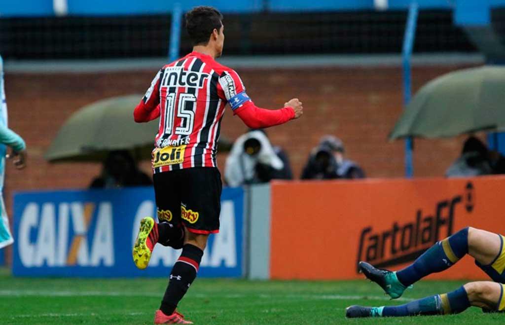 Hernanes marcou o pênalti para o São Paulo
