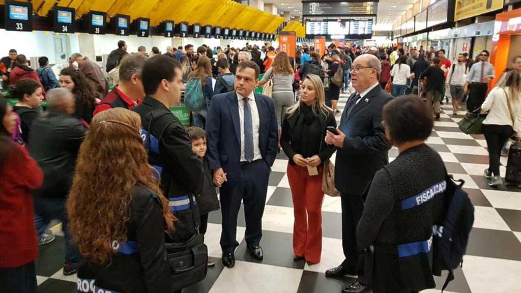 Arthur Rollo, comandante da Senacon, durante fiscalização do caso das bagagens em ulho de 2017