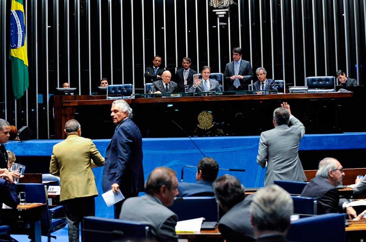 Os senadores aprovaram o requerimento de urgência do projeto de lei que reonera setores da economia e contém um artigo que pode baratear o preço do diesel