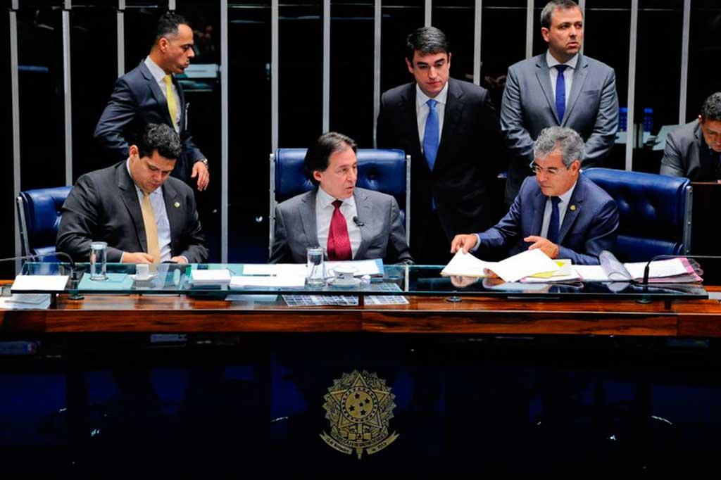 Entre Davi Alcolumbre e Jorge Viana, Eunício Oliveira preside sessão que aprovou a urgência