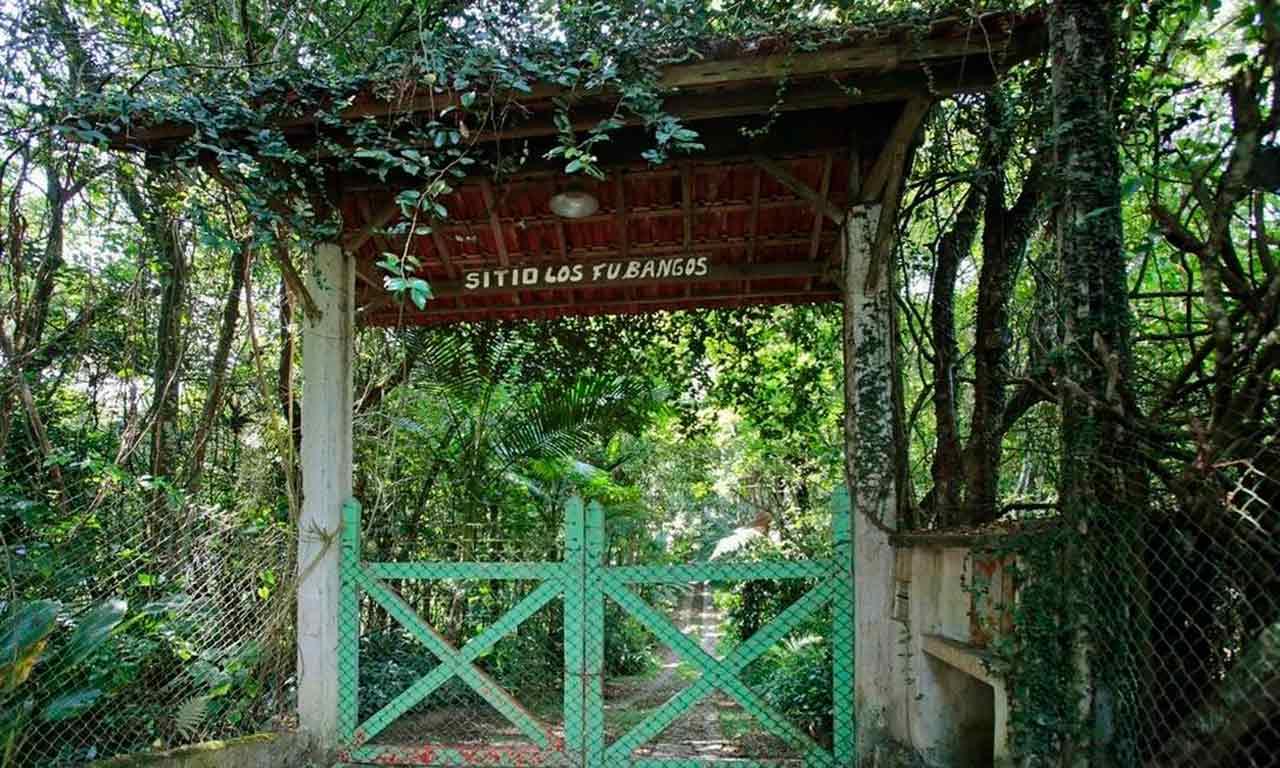Na entrada de Los Fubangos, que pertence a Lula, porteira é baixa e não há campainha