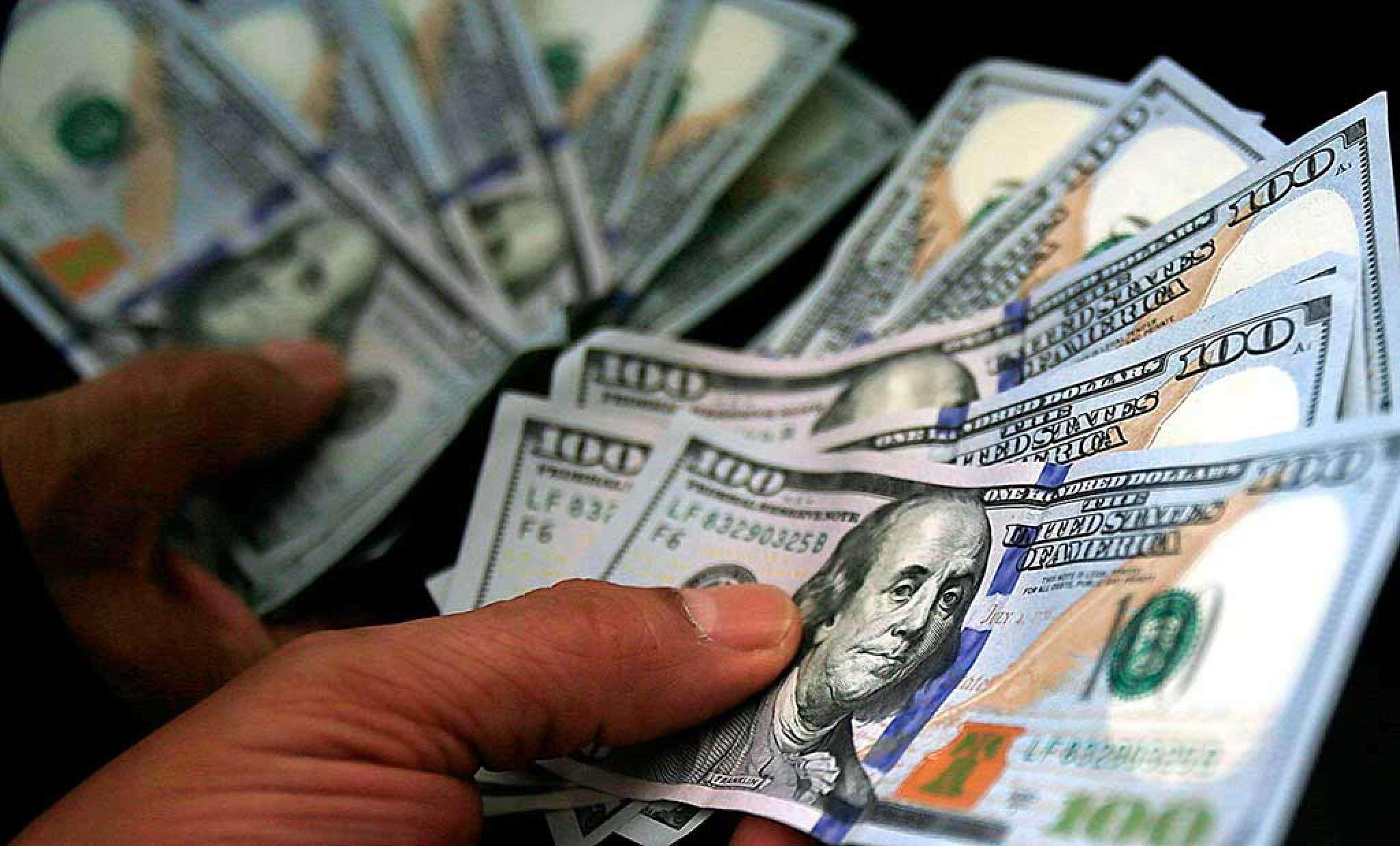 Dólar cai novamente