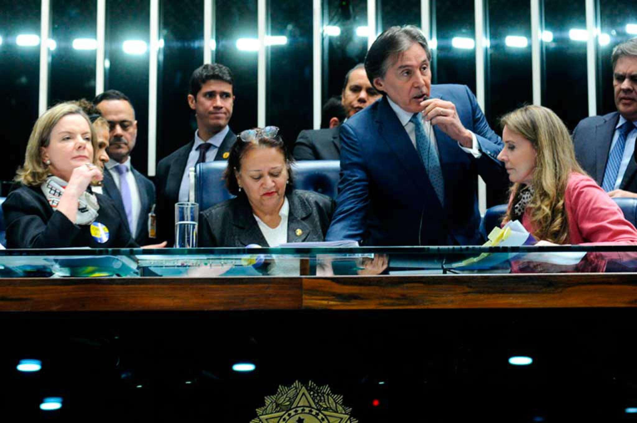 Senadoras se recusaram a desocupar a mesa do Plenário do Senado e o presidente Eunício Oliveira decidiu suspender a sessão
