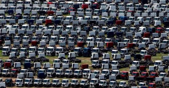 Pátio da Ford com caminhões em estoque