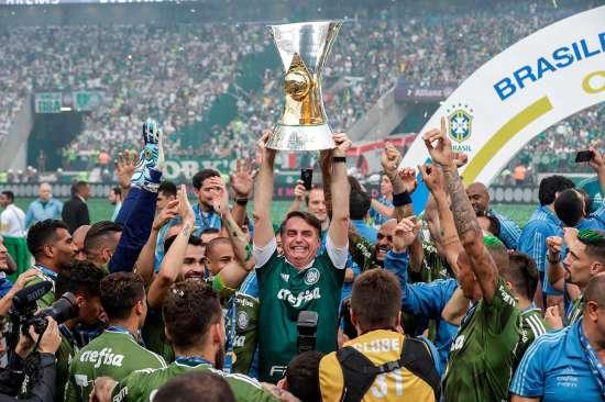 Bolsonaro comemora junto ao time do Palmeiras a conquista do decacampeonato do Palmeiras