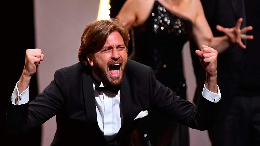 O diretor sueco Ruben Ostlund reage no palco depois de ser premiado com a Palma de Ouro pelo filme 'The Square' durante a cerimônia de encerramento da 70ª edição do Festival de Cinema de Cannes