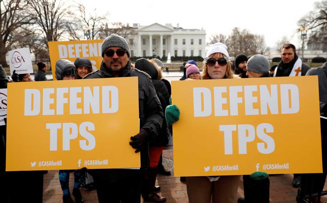 Manifestantes protestam nesta segunda-feira (8) em Washington contra o fim da proteção temporária a salvadorenhos nos EUA