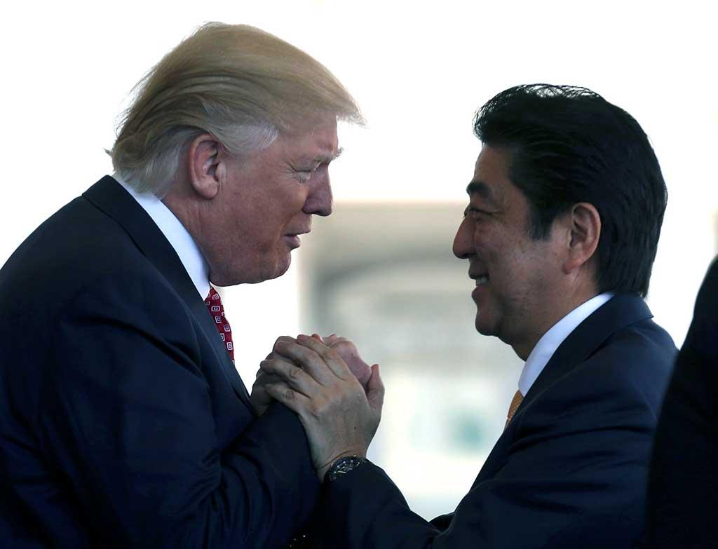O Ministro Shinzo Abe é saudado pelo presidente dos EUA, Donald Trump, antes de sua conferência de imprensa conjunta na Casa Branca em Washington, DC, em fevereiro de 2017
