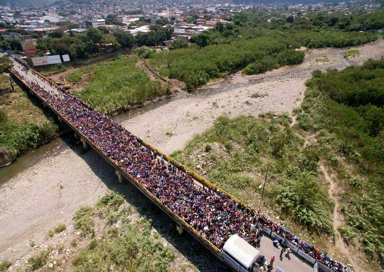 A velha ponte ficou lotada de gente tentando sair da Venezuela para a Colômbia