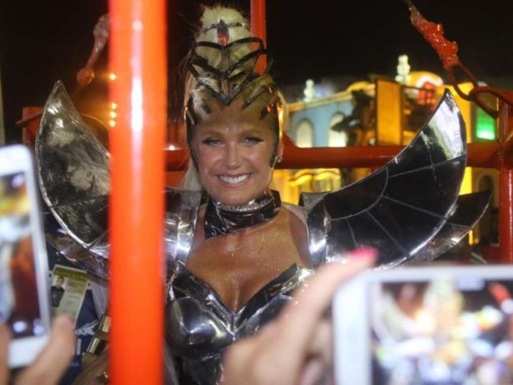 Xuxa Meneghel deixa bumbum à mostra em look fio-dental durante desfile da Grande Rio, na Sapucaí, na madrugada desta segunda-feira, 27 de fevereiro de 2017